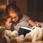 Mulher lê livro para criança
