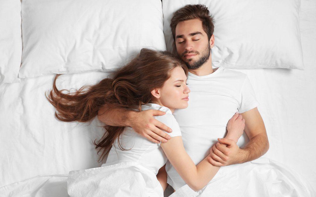 O que diz a ciência: dormir só ou acompanhado?