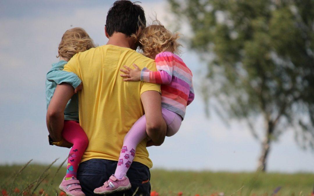 Pais de gémeos acompanham a redução do número de horas de sono das mães