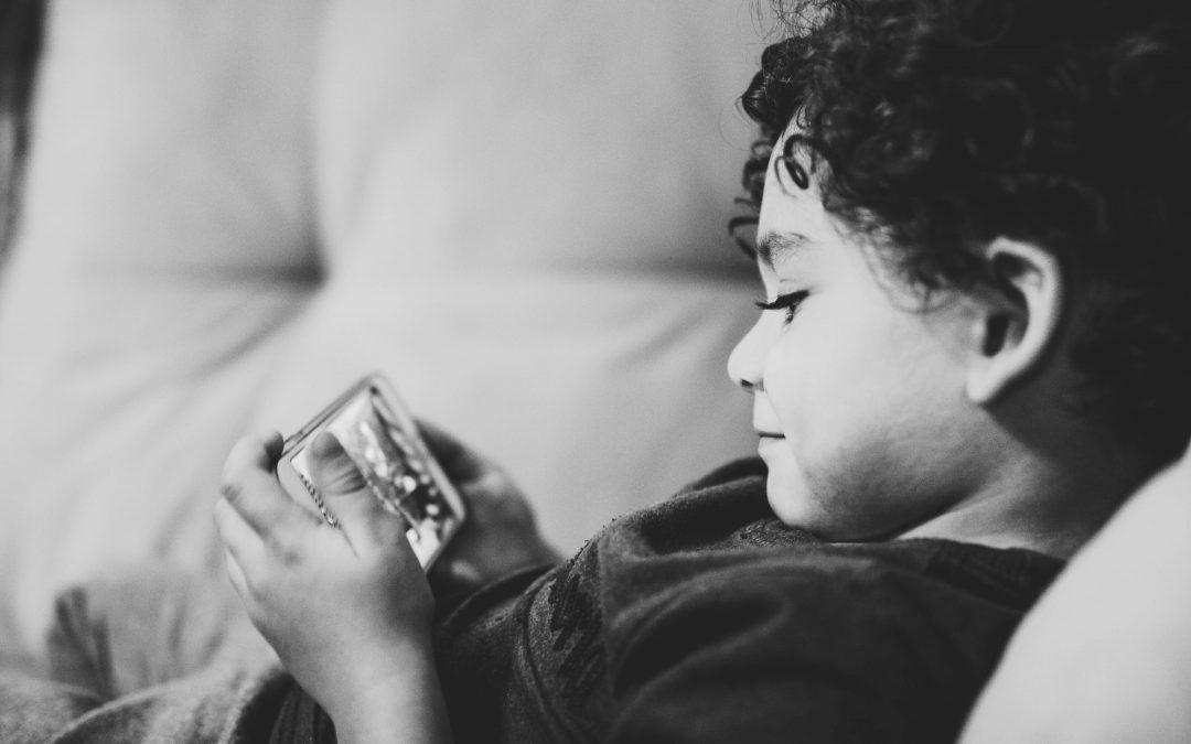 Privação de sono e uso excessivo de aparelhos eletrónicos aumentam o risco de obesidade infantil