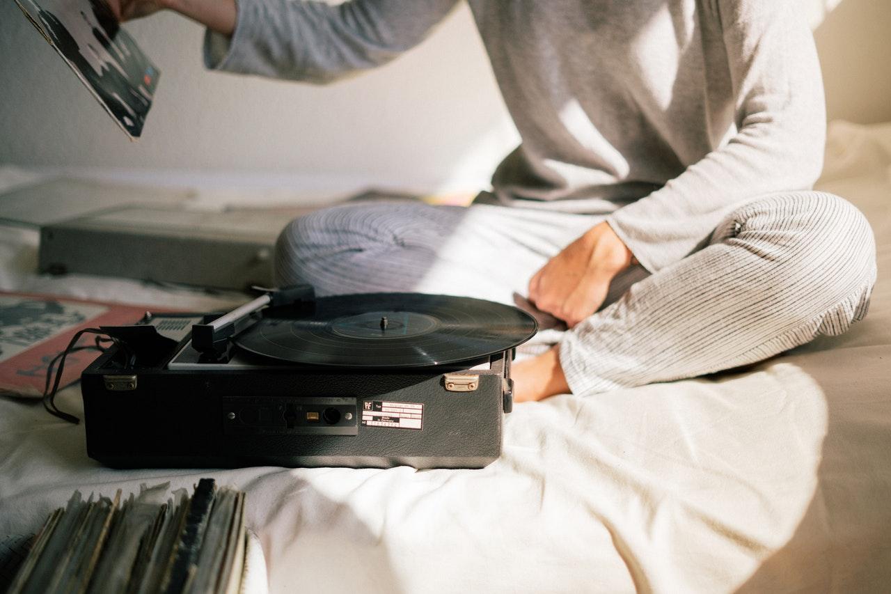 Ouvir música antes de dormir, pode não ser boa ideia!